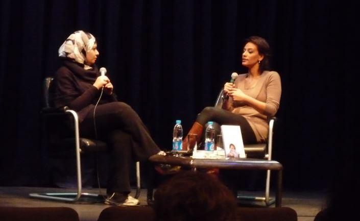 Ghada Abdel Aal présentant son livre lors d'une conférence à l'institut Français du Caire.