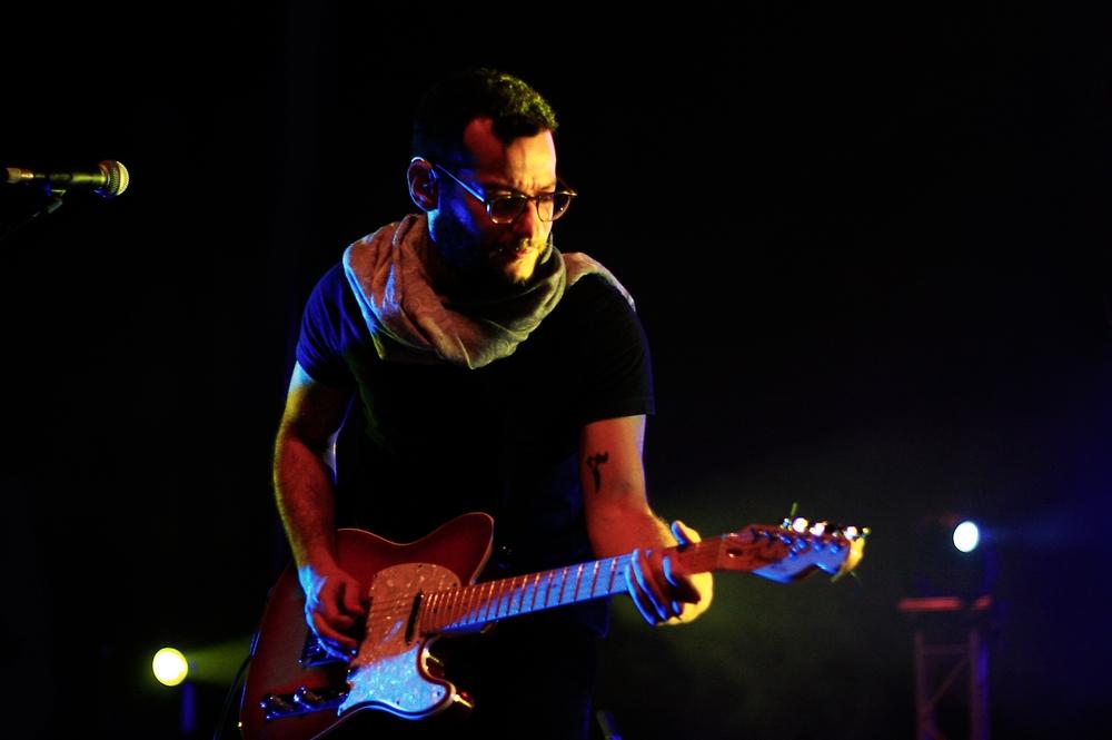 Firas Abou Fakher, guitariste de Mashrou' Leila en concert à Rabat, le 13 novembre 2014. Crédit : Chourouk Zarkaoui pour ONORIENT
