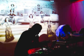 Mettani (g.) et Ghoula (d.) sur scène à la Manufacture 111. (Crédit photo : Nasr Makni)