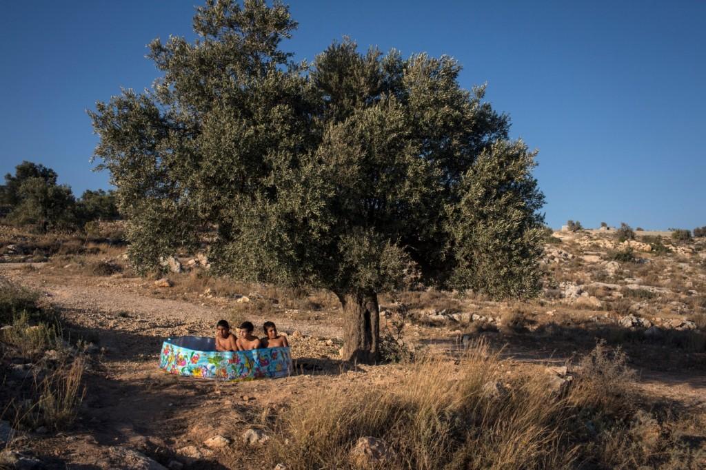 http://www.emahomagazine.com/wp-content/uploads/2014/08/Tanya_Habjouqa_Occupied_Pleasures_Palestine_03.jpg