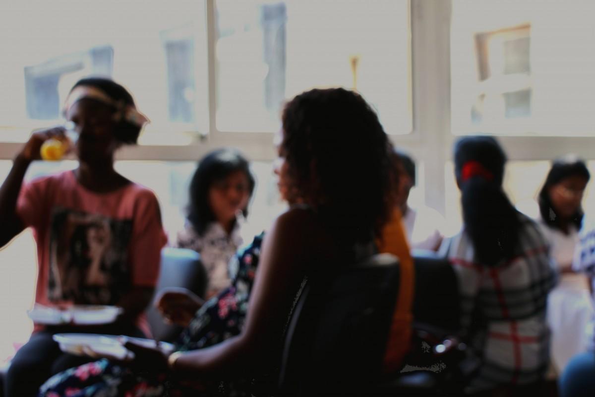 Dans les locaux des ONG de Beyrouth, le dimanche est le jour le plus animé. Les femmes se retrouvent pour assister à des cours, demander conseil à un avocat ou une assistante sociale, et surtout pour retrouver leurs amies et partager un repas ensemble.